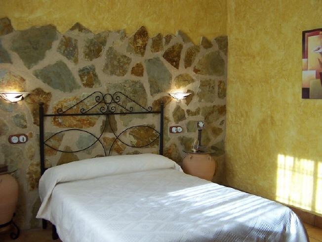 Aldeaquemada jaen casa rural la aldehuela cama de - Cabeceros de piedra ...